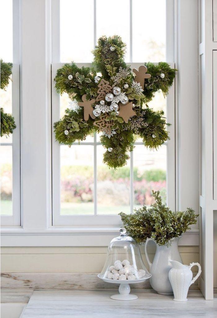 weihnachtsdeko fenster grüner kranz dekoration am fenster schöne gestaltung adventskranz selber machen