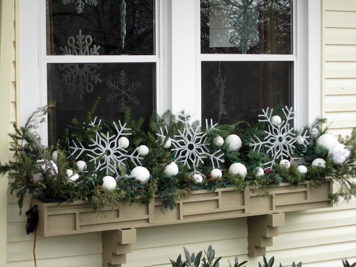 weihnachtsdeko fenster schneeflocken weiße kugeln am fenster fensterdesign deko idee