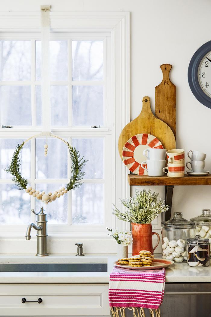 weihnachtsfensterbeleuchtung weihnachtskranz am fenster hängen lassen dekorationen zu weihnachten rote deko