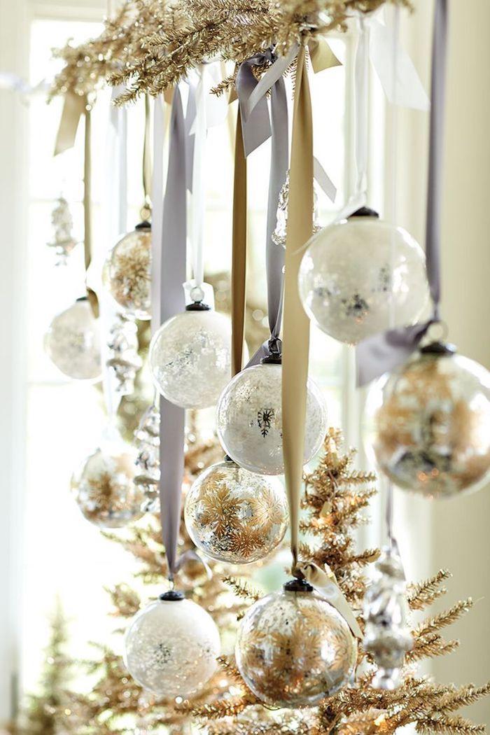 weihnachtsfensterbeleuchtung kugel leuchtend hängen am fenster deko idee in weiß und golden schöne interieur ideen