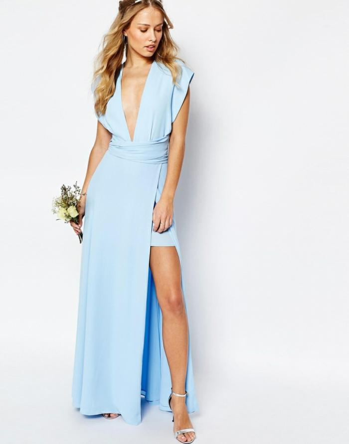 Hellblaues bodenlanges Abendkleid mit Schlitz und V-Ausschnitt, silberne High Heels, elegantes Outfit für besondere Anlässe