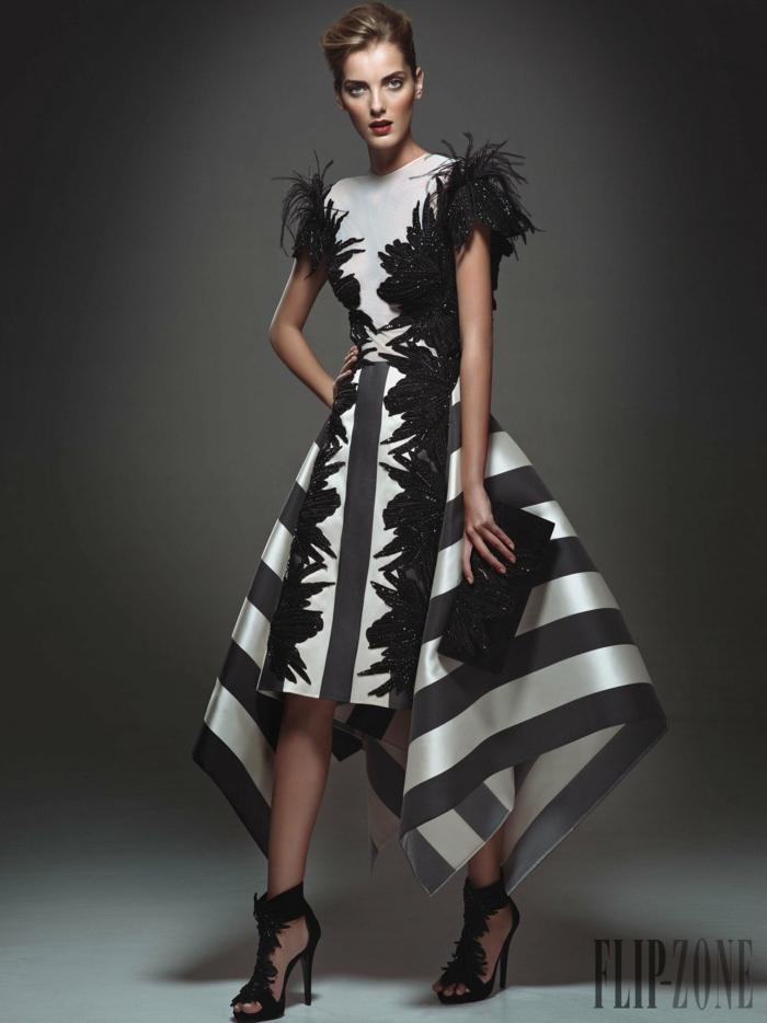 Assymmetrisches Abendkleid in Schwarz und Weiß, mit Federn und Pailletten verziert, schwarze High Heels