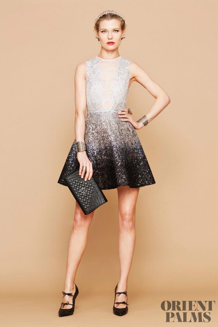 Kurzes Glitzerkleid in Schwarz und Weiß, elegantes Silvester Outfit, schwarze Handtasche, High Heels mit Schleifen