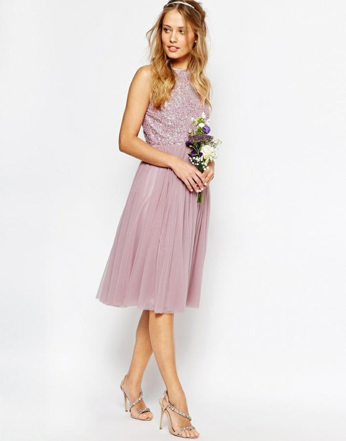 Brautjungfernkleid in Zartrosa mit Glitzer-Oberteil, knielanges Cocktailkleid, silberne High Heels