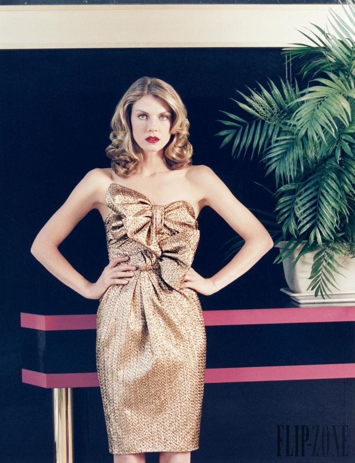 Knielanges trägerloses Cocktailkleid mit zwei großen Schleifen, Idee für Silvester Outfit in Golden