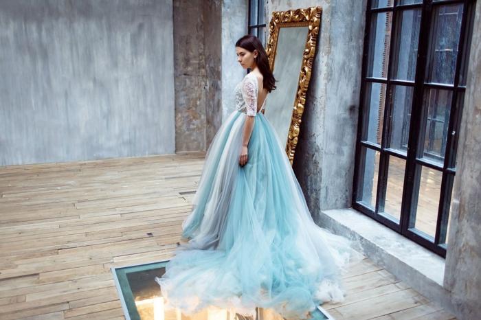 Prinzessinnen Kleid in Hellblau und Weiß, rückenfreies Ballkleid mit Spitzen-Oberteil und weitem Rock mit Schleppe