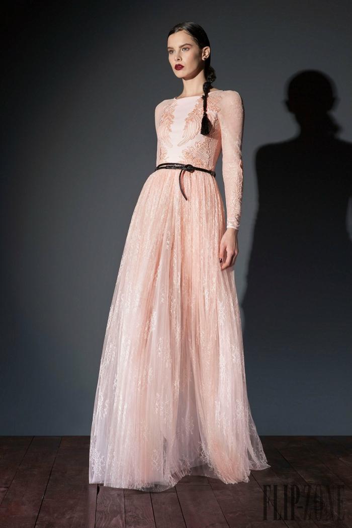 Bodenlanges Abendkleid in Zartrosa mit langen Ärmeln und schwarzem Ledergürtel, Idee für Silvester Outfit