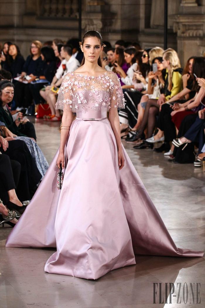 A-Linien Kleid in Zartrosa mit Schleppe, Oberteil mit zarten Applikationen, elegantes Outfit für besondere Anlässe
