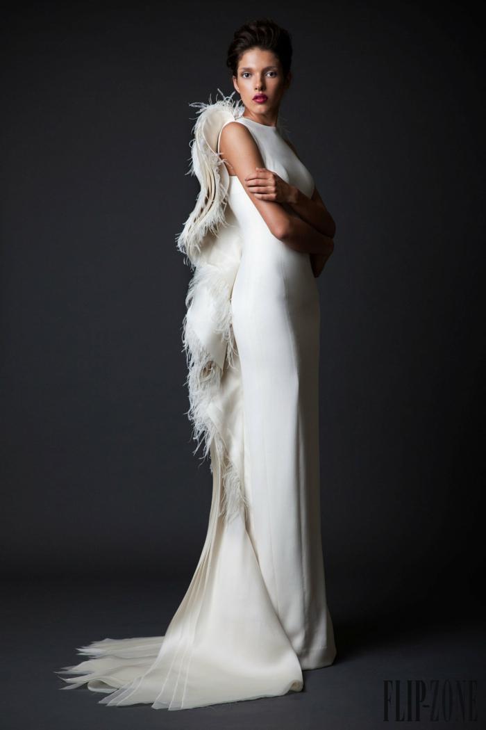 Weißes bodenlanges Kleid mit Schleppe, betont die Figur, festliche Mode, Idee für Silvester Outfit
