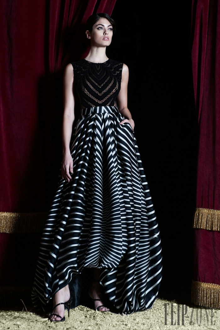 Kleid mit Streifenmuster - Oberteil aus schwarzer Spitze, Rock as Seide mit schwarzen und weißen Streifen, langer Semtvorhang in Lila und Goldfarbe, schwarze Lacksandalen mit Absatz