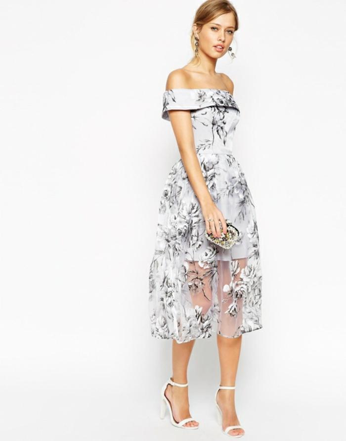 Weißes Cocktailkleid mit Blumenmuster, locker fallend und schulterfrei, Idee für elegantes Silvester Outfit