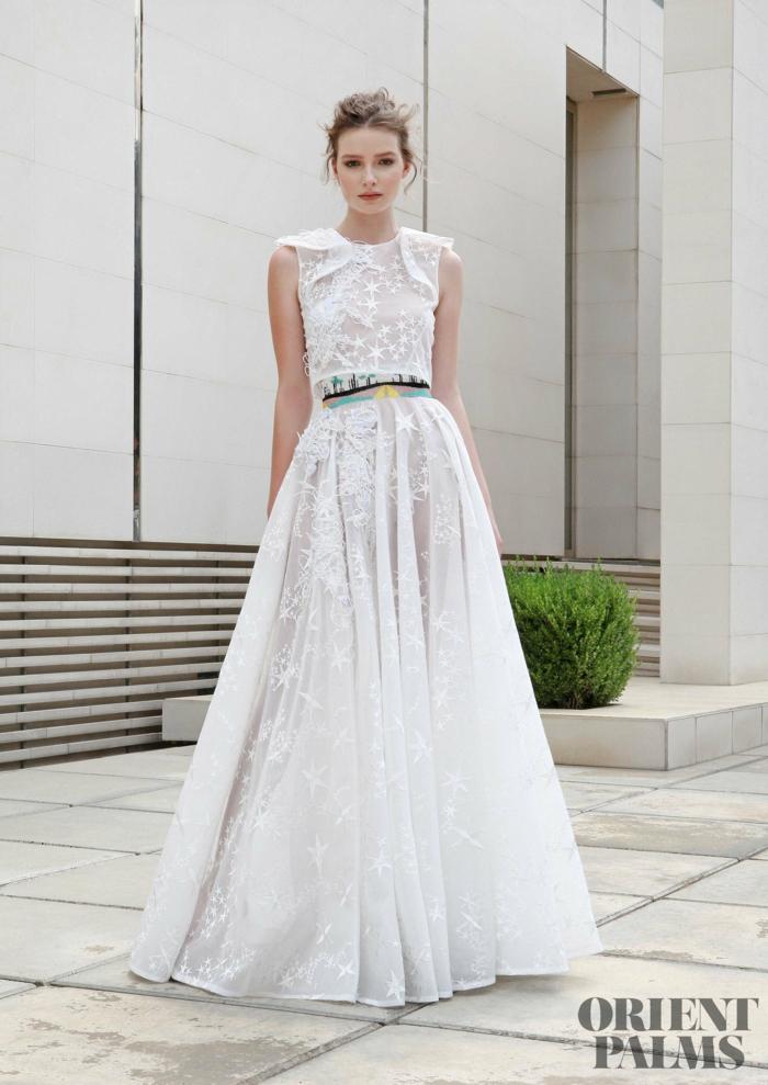 Bodenlanges weißes Abendkleid mit buntem Gürtel, kleine Sternchen, locker fallend, Silvester Outfit