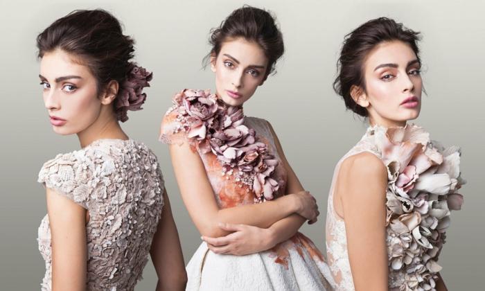 Weißes Abendkleid mit rosafarbenen Blumen verziert, elegante Hochsteckfrisur und leichtes Tages Make-up