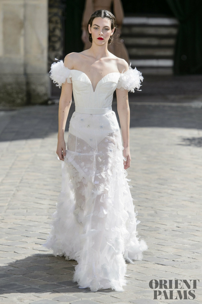 Weißes Abendkleid mit Federn verziert, bodenlanges schulterfreies Kleid für besondere Anlässe