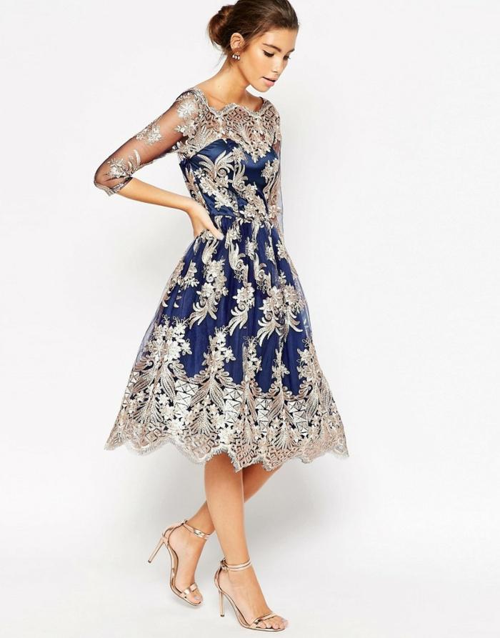 Silvesterball-Kleid in dunkelblauer und silberner Farbe mit durchsichtigen Tüllärmeln, lang bis zum Ellenbogen, kombiniert mit Sandalen in Goldfarbe