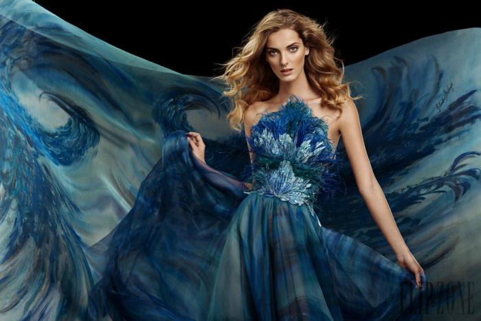 Blaues Abendkleid mit langer Schleppe, mit Federn verziert, trägerloses Kleid für besondere Anlässe