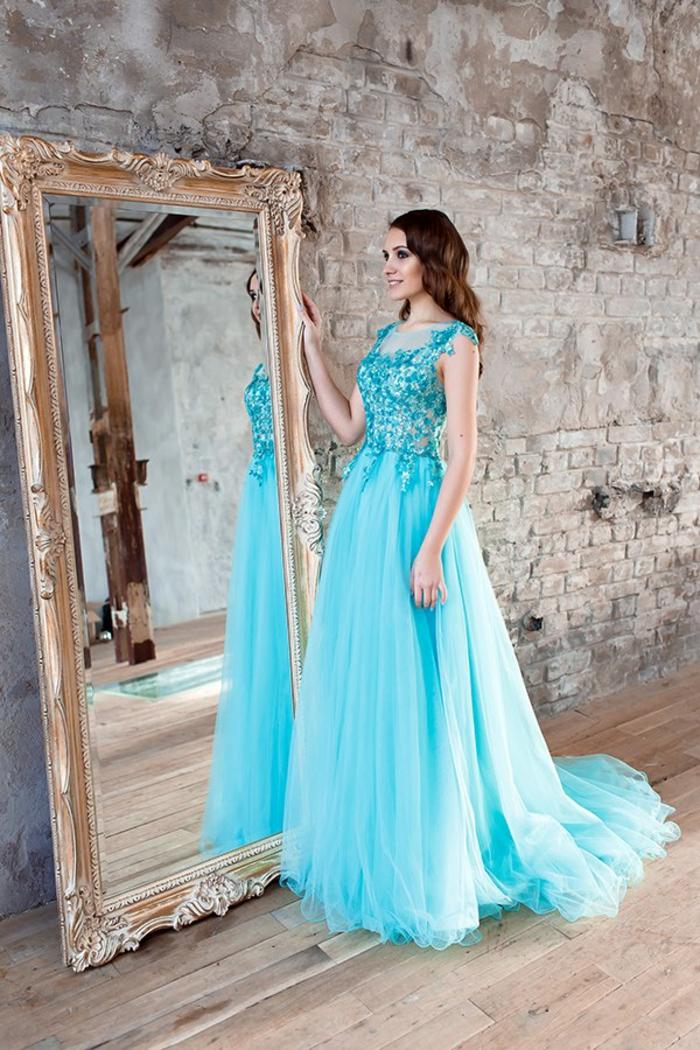 Hellblaues Abendkleid mit Glitzer-Oberteil und Tüll-Rock, elegantes Kleid mit langer Schleppe, Outfit für besondere Anlässe