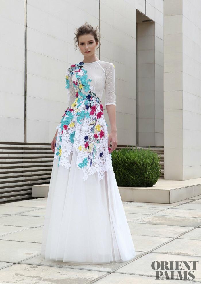 Weißes Abendkleid mit bunten Applikationen, Rock aus Tüll, Oberteil mit kurzen Ärmeln, elegantes Outfit