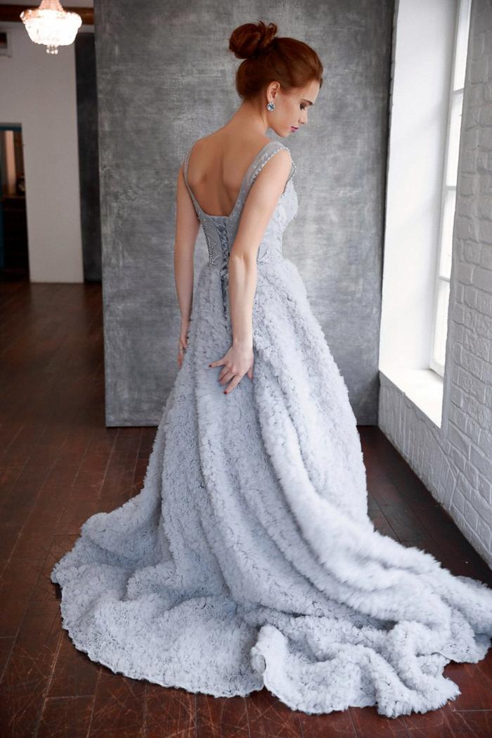 Elegantes Abendkleid mit Schleppe, Idee für Silvester Outfit, Dutt Frisur und dezente Ohrringe