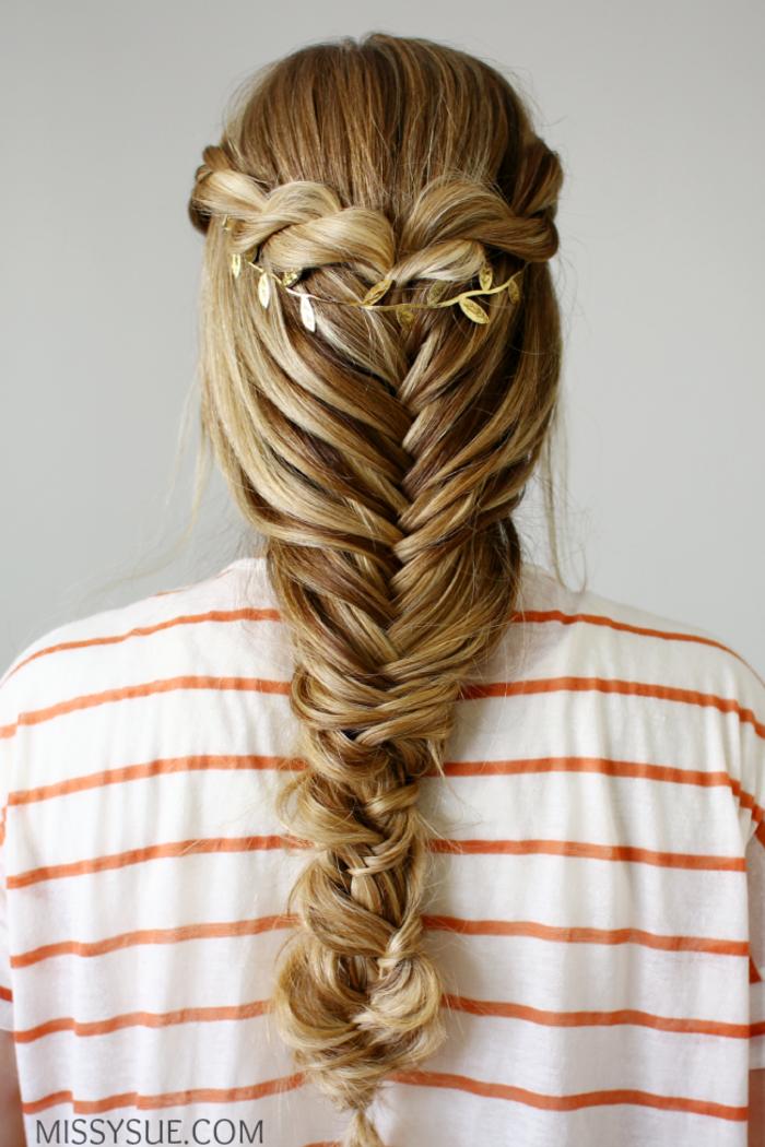 Fischgrätenzopf flechten, mit goldenem Haarschmuck verziert, schicke Frisur für jeden Tag