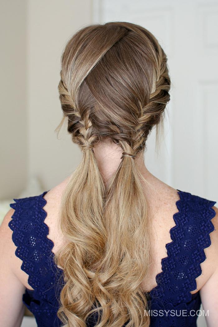 Flechtfrisur für jeden Tag, wellige dunkelblonde Haare, zwei Pferdeschwänze, dunkelblaues Kleid