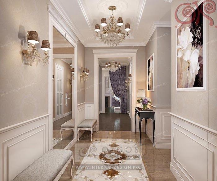 Luxus-Wohnung mit Luxus-Möbeln in hellen Farben, Gothik-Sitzbänke mit Polstersitz, schwarzer Gothik-Tisch mit goldenen Ecken, Wandbilder mit schwarzem Hintergrund und weißen Blumen, Zimmerdecke mit Schnitzereien und einem riesigen Kristall-Kronleuchter, Wandlampen im antiken Stil, beige Wände mit Holzverkleidung, großer Wandspiegel von der Decke bis zum Boden, langer Vorhang in Lila mit dezentem Print