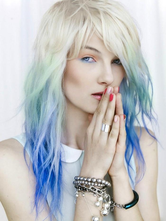 Schwarze haare mit blauen spitzen
