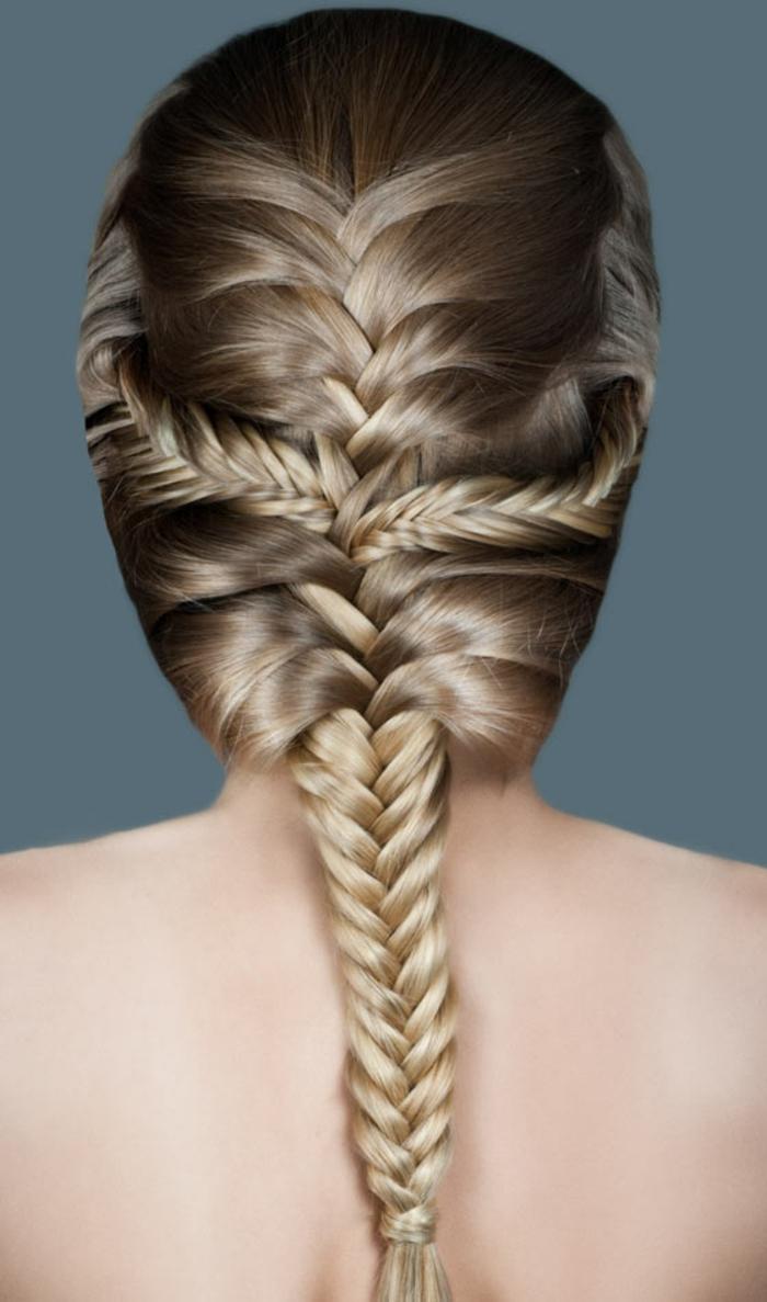 Frisuren für feines Haar - blonde Haare mit Glanzreflexen, drei Fischgräte-Zöpfe kobiniert mit einem französischen Zopf, Haare mit dunklen Längen und platinblonden Spitzen