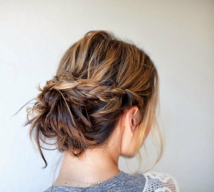 Hochsteckfrisur mit freifallenden Strähnen - messy Dutt mit einem Zopf, Dutt mit Haarklammern befestigen, schwarzes Haar mit dunkelblonden Strähnen, graues Kleid mit weißen Spitzenärmeln