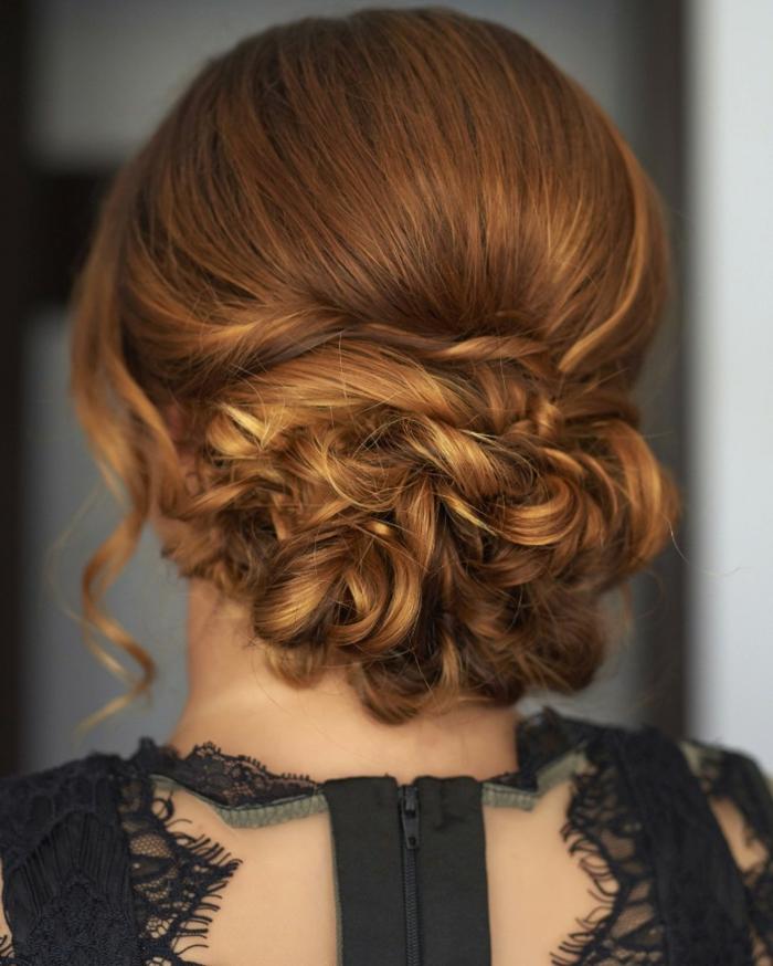 lockiges Haar mit Haarklammern in einem Dutt befestigen, niedriger Dutt mit Twist, Kupferhaare mit blonden Strähnen, schwarzes Spitzenkleid mit großem Reißverschlss am Rücken