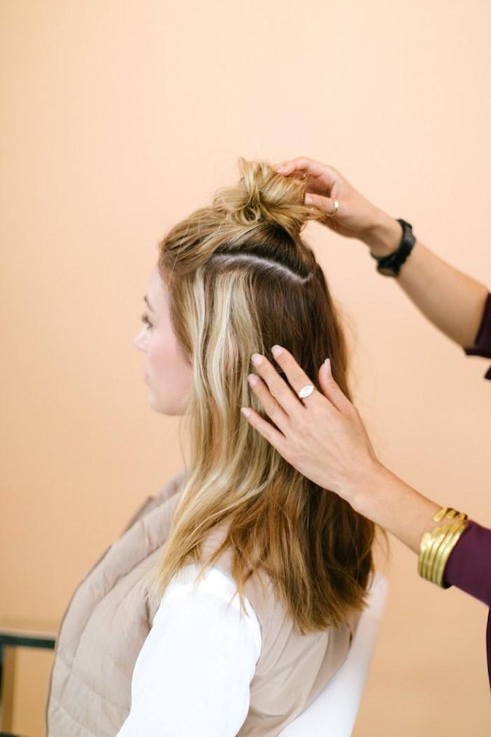 Half Up mit Messy Bun, braune Haare mit blonden Strähnen, alltägliche Frisuren für wenig Haare