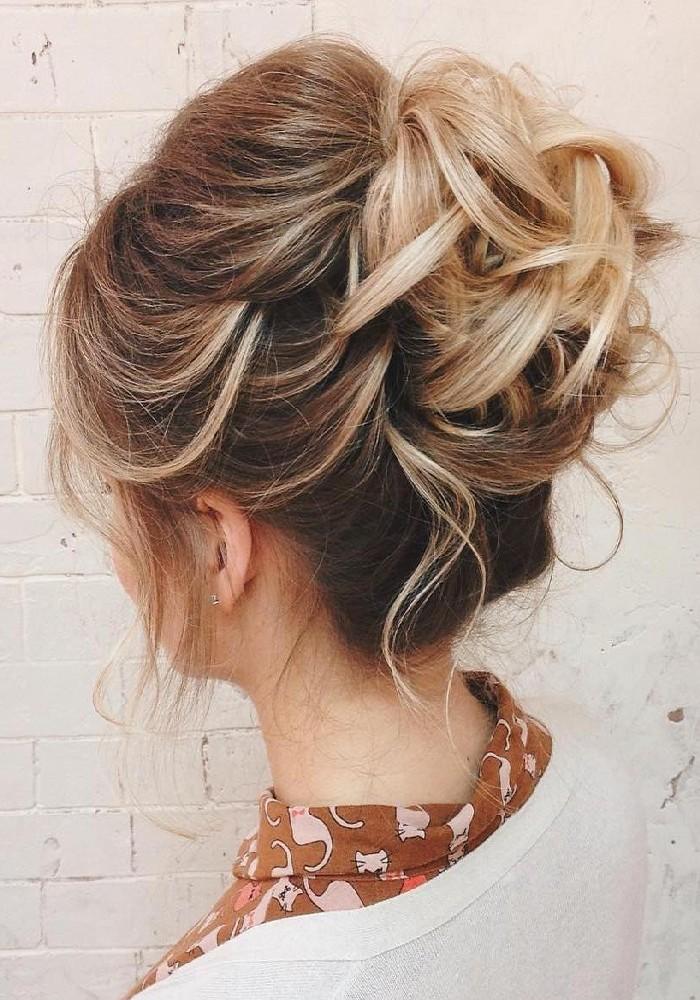 Messy Dutt für mehr Volumen, festliche Frisuren für feine Haare, blonde Strähnen, gewellte Haare