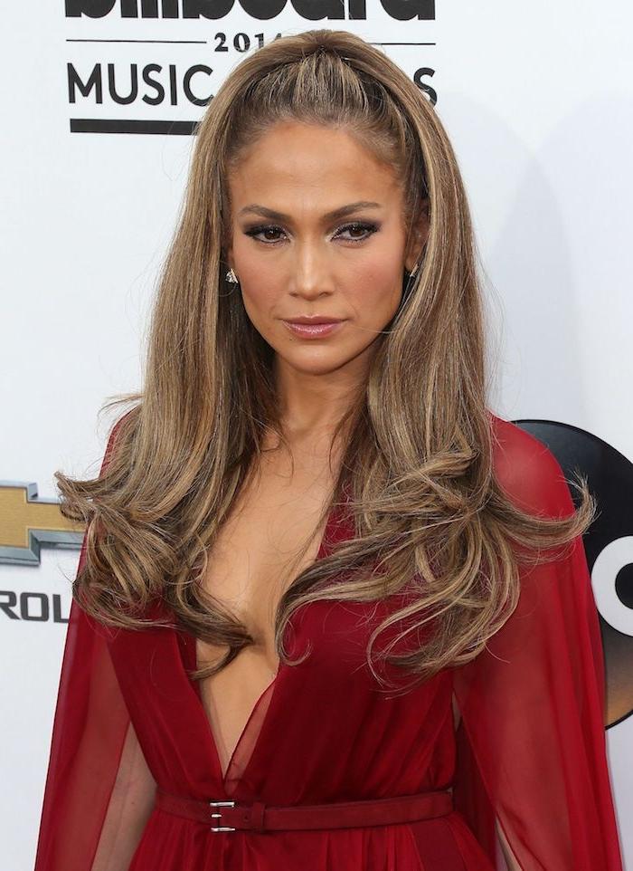 Half Up für mehr Volumen, Jennifer Lopez Hairstyle, rotes Kleid mit V-Ausschnitt und langen Ärmeln