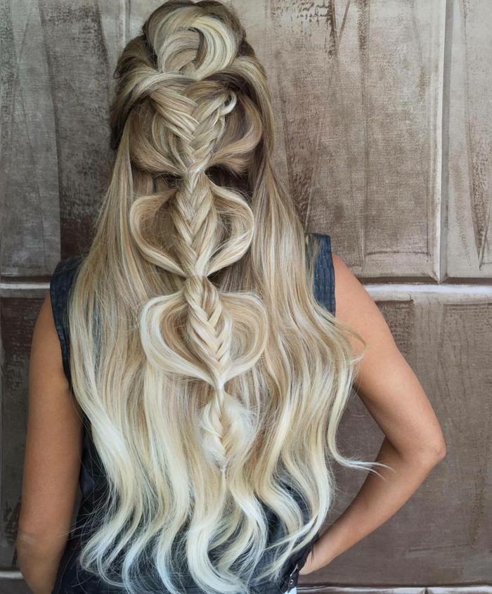 Flechtfrisur für feine Haare - Vordersträhnen gestylt nach hinten und gesteckt mit einigen Haarklammern, locker geflochtener Fischgrätezopf mit ineinander geflochtetnen Strähnen für mehr Volumen, Haare mit dunkelbraunem Ansatz und weißblonden Längen