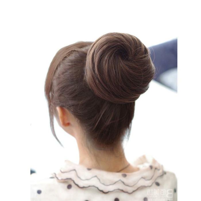 Dutt mit Volumen, Duttfrisur mit Duttkissen machen, Spiralen-Dutt mit Seitenpony, Frau mit kleinen Ohren, gekleidet mit einer weißen Bluse mit schwarzen Punkten und einem großen Kragen