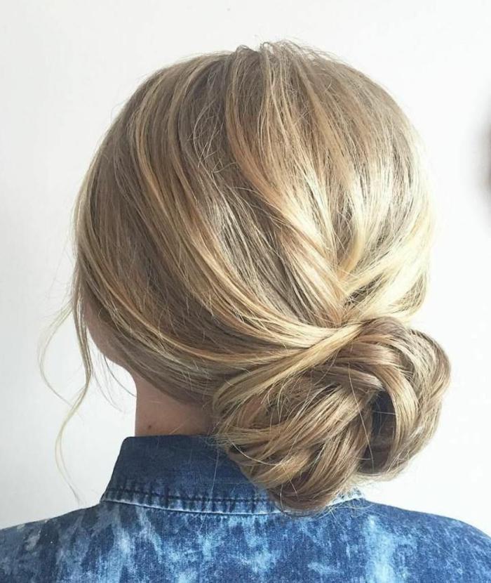 niedriger messy Seitendutt, befestigt mit Haarklammern, strohblondes Haar mit dunklerer Schattierung, blaues Denimhemd für Frauen mit weißen Flecken