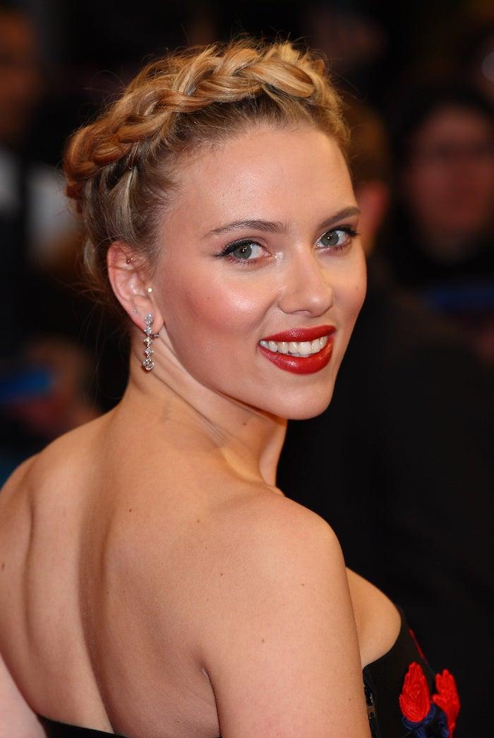 Scarlett Johansson Hairstyle, schöne Frisuren für feine Haare, Zopfkranz selber flechten