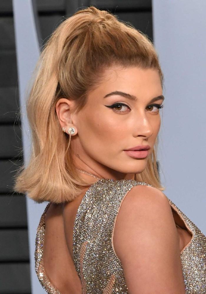 Half up Hairstyle, einfache Frisuren für mehr Volumen im Haar, blonde schulterlange Haare, schwarzer Eyeliner und matter Lippenstift, Abendkleid mit Glitzer