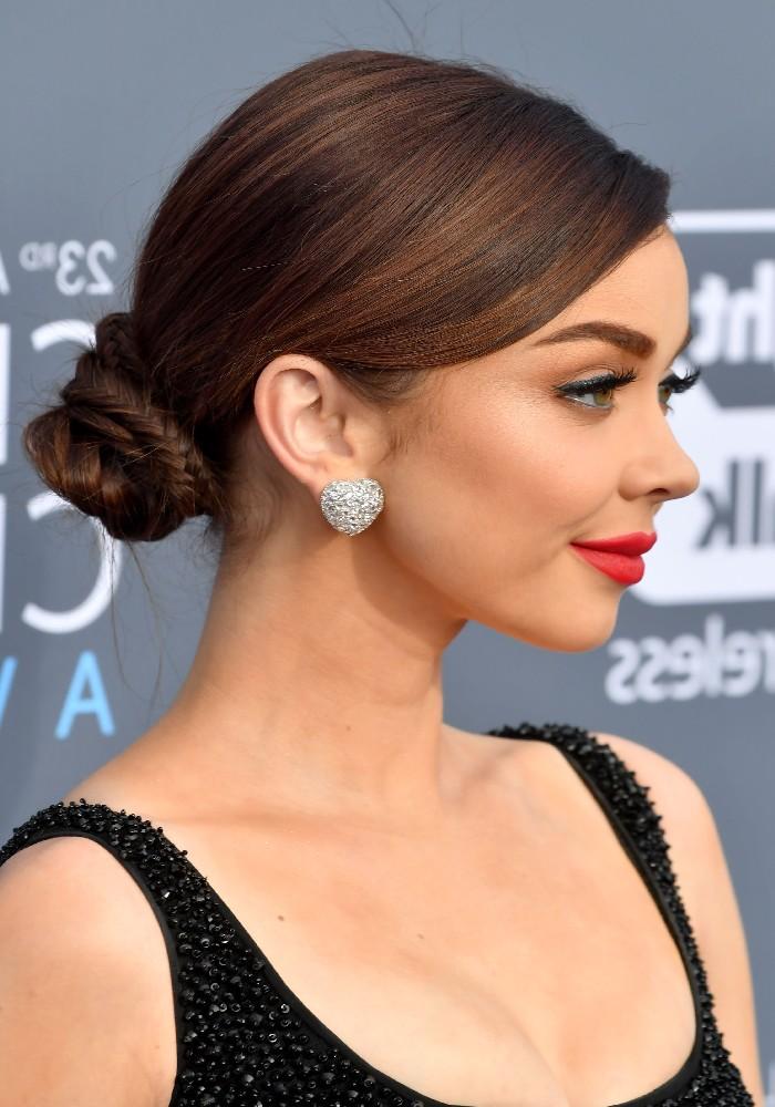 Niedriger Dutt für feine Haare, schwarzes Abendkleid mit Pailletten, roter Lippenstift und schwarzer Eyeliner