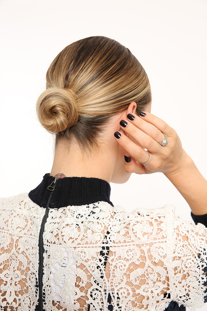 Schneller Haarknoten zum Nachmachen, schwarzer Nagellack, silberne Ringe, Spitzenkleid in Weiß und Schwarz