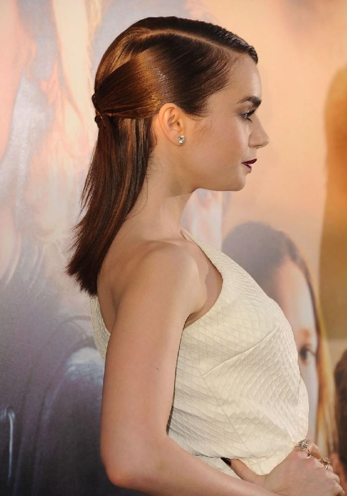 Halboffene Haare, schulterlanges glattes braunes Haar, Frisuren für feines Haar, weißes Abendkleid