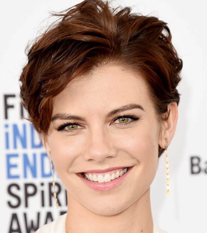 eine Schauspielerin mit rotbraunem kurzen Haar und schöne Frisur - kurze Haare stylen