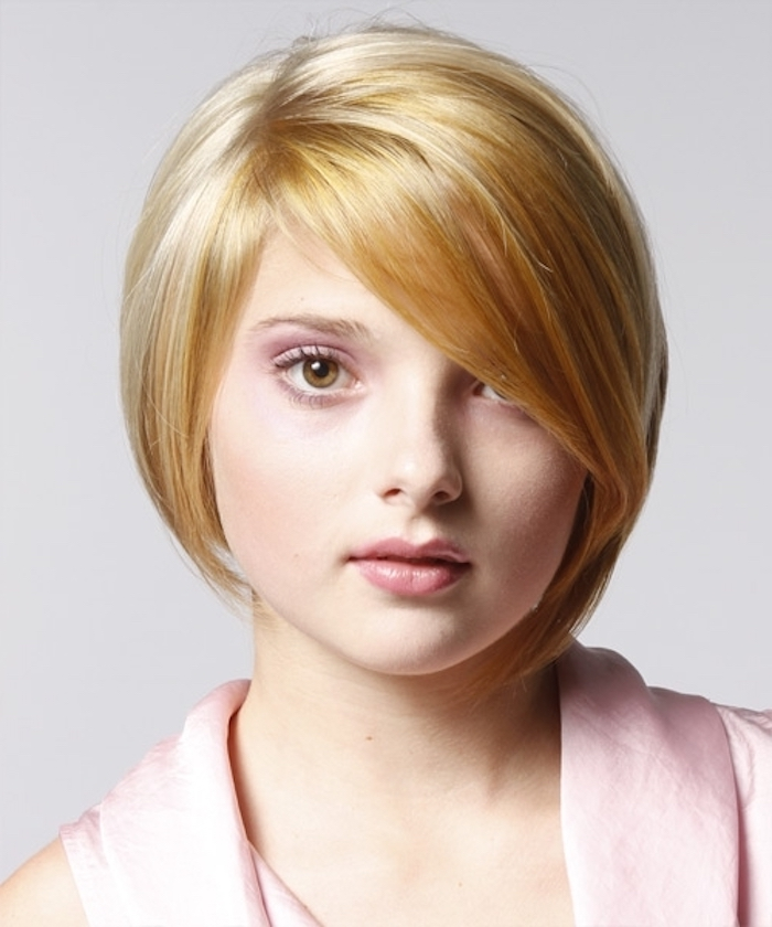 blonde Haare mit roten Akzenten - schön gestyltes Haar von einem niedlichen Mädchen - kurze Haare stylen