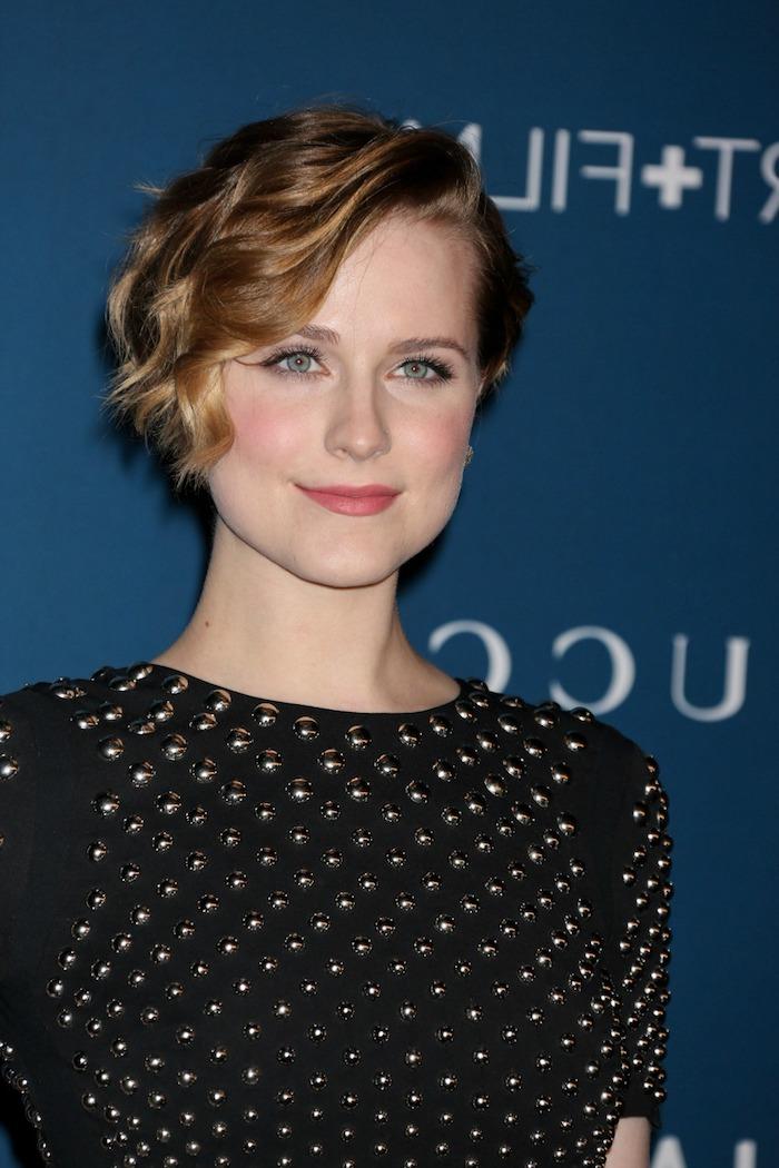 kurze Haare stylen - ein schwarzes Kleid mit Glasperlen versehen, dunkelblondes Haar
