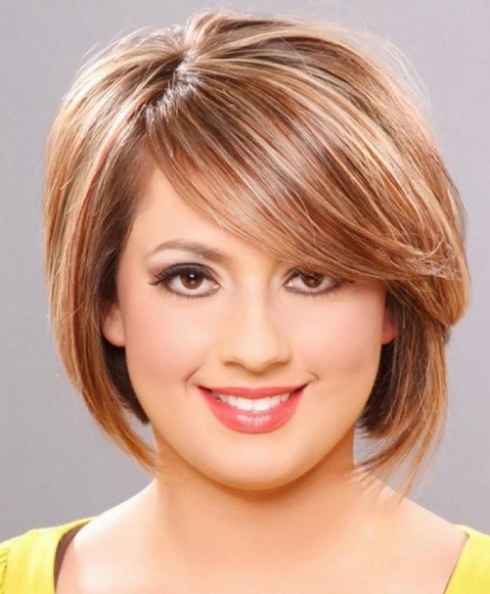 kurze Haare stylen - rosa blondes Haar, ganz kurz und niedlich, eine Frau mit rundem Gesicht