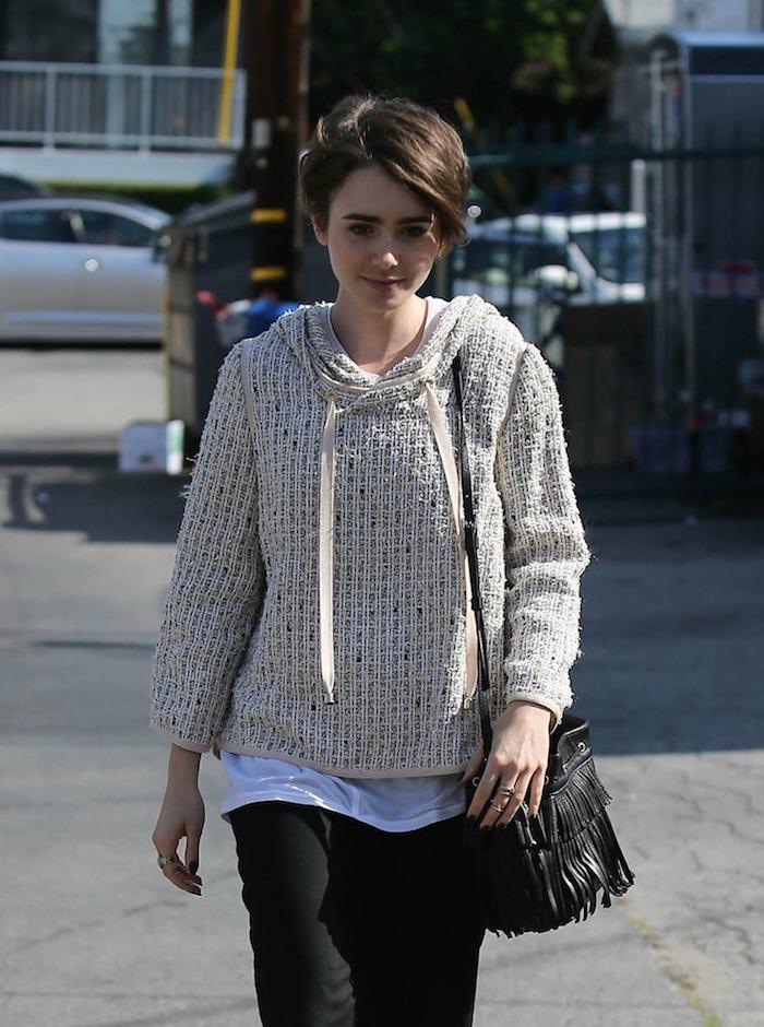 ein beiger Pullover und schwarze Hose, eine Prominente mit kurzem Haar - kurze Haare stylen