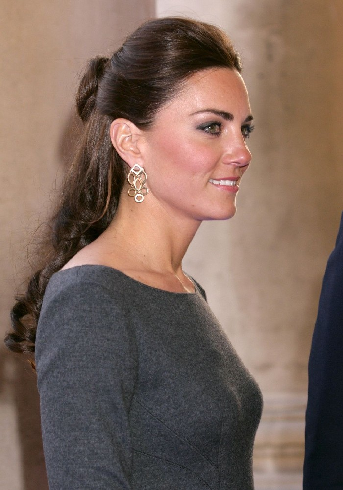 Kate Middleton Hairstyle, halboffene Haare mit Wellen, leichtes Tages Make up