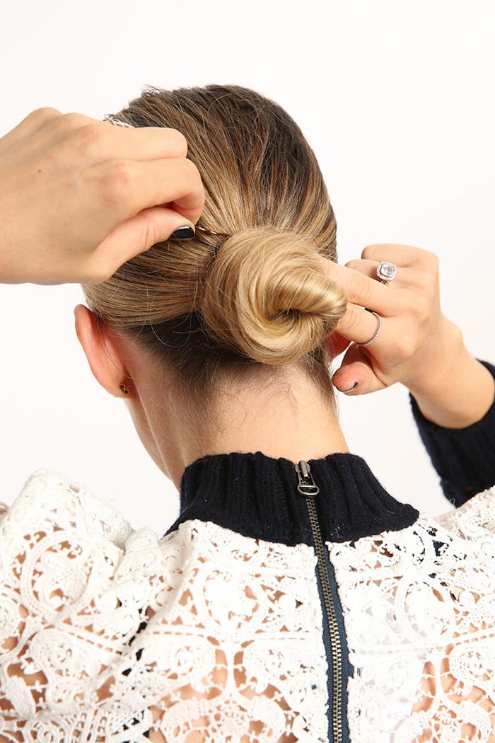 Niedrigen Dutt einfach selber machen, Schritt für Schritt Anleitung, dunkelblonde Haare