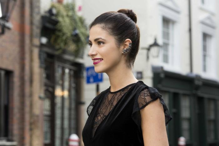 frisuren mittellange haare zu weihnachten hoeh haarknote glätzend frau schwarzes kleid