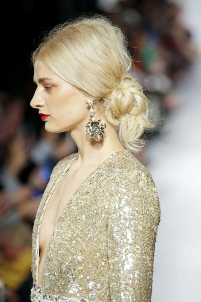 frisuren schulterlange haare für weihnachten selber machen haarknote niedrig frau blond goldenes kleid